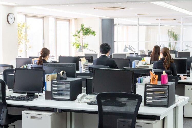 Trabajadores en la Back Office